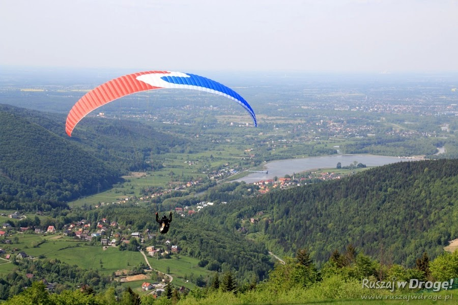 Widoki i paralotnie na Górze Żar