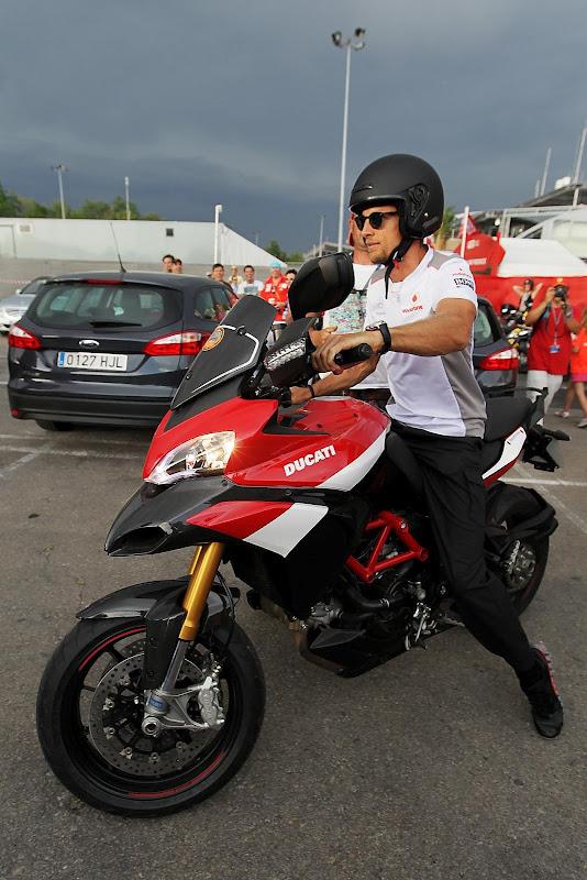 Дженсон Баттон на мотоцикле Ducati на Гран-при Испании 2012