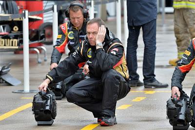 механик Lotus сушит пит-лейн перед боксами команды на Гран-при Канады 2013
