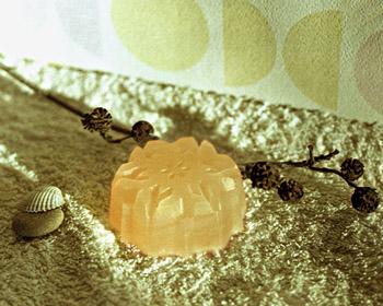 деликатное крем мыло ручной работы с нежной очищающей пенкой скрабом