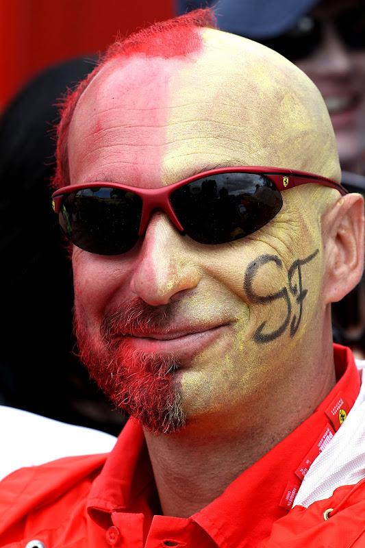 разукрашенный болельщик Ferrari на Гран-при Австралии 2012