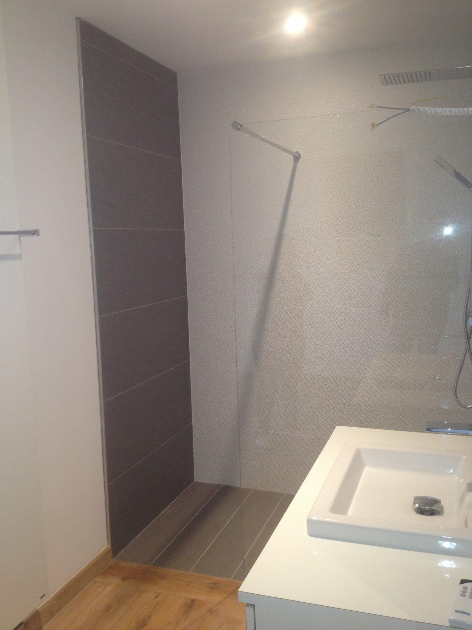 Réalisation d'une salle de bain carrelage aspect pierre+ vasque à