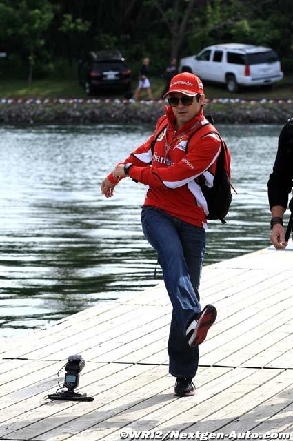 Фелипе Масса шагает перед фотоаппаратом на Гран-при Канады 2012