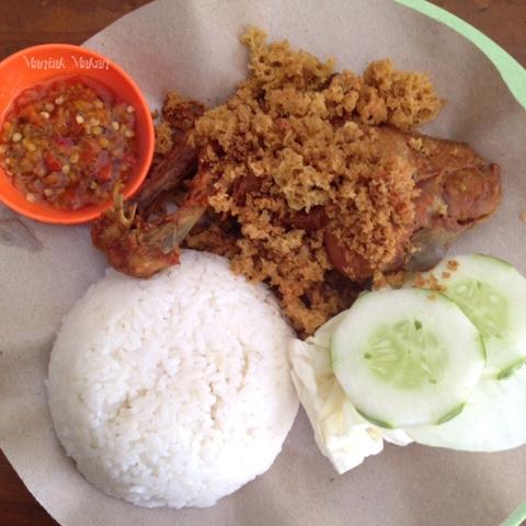Maniak-Makan-Ayam-Goreng-Kremes-Bu-Dar-Solo