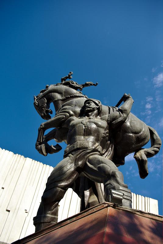 Si o poza de despartire din Bishkek, cu uriasul kyrgyz.