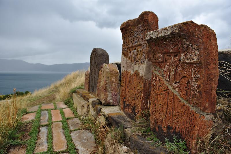 Khachkar-urile, crucile scuptate in piatra care se intalnesc pe tot teritoriul Armeniei. Traditia spune ca nu exista doua identice.