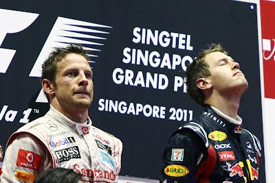 Дженсон Баттон и Себастьян Феттель слушают подиум на подиуме Гран-при Сингапура 2011