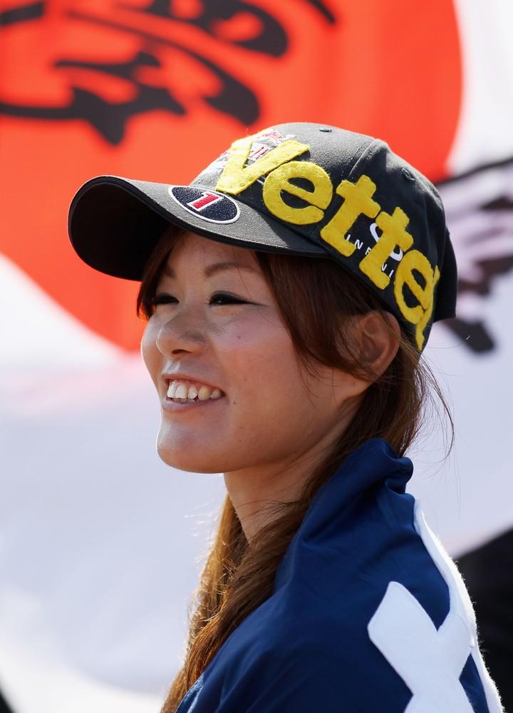 болельщица Себастьяна Феттеля и Red Bull в кепке ручной работы на Гран-при Японии 2011