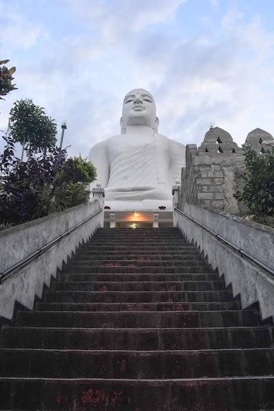 Будда на холме, Канди, Шри Ланка