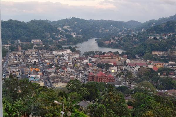 Канди. Вид на город со статуи Будды на холме, Шри Ланка