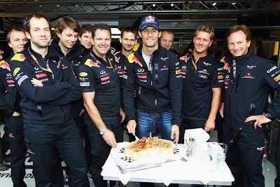 Марк Уэббер в окружении механиков и Кристиана Хорнера с праздничным тортом на Гран-при Бельгии 2011