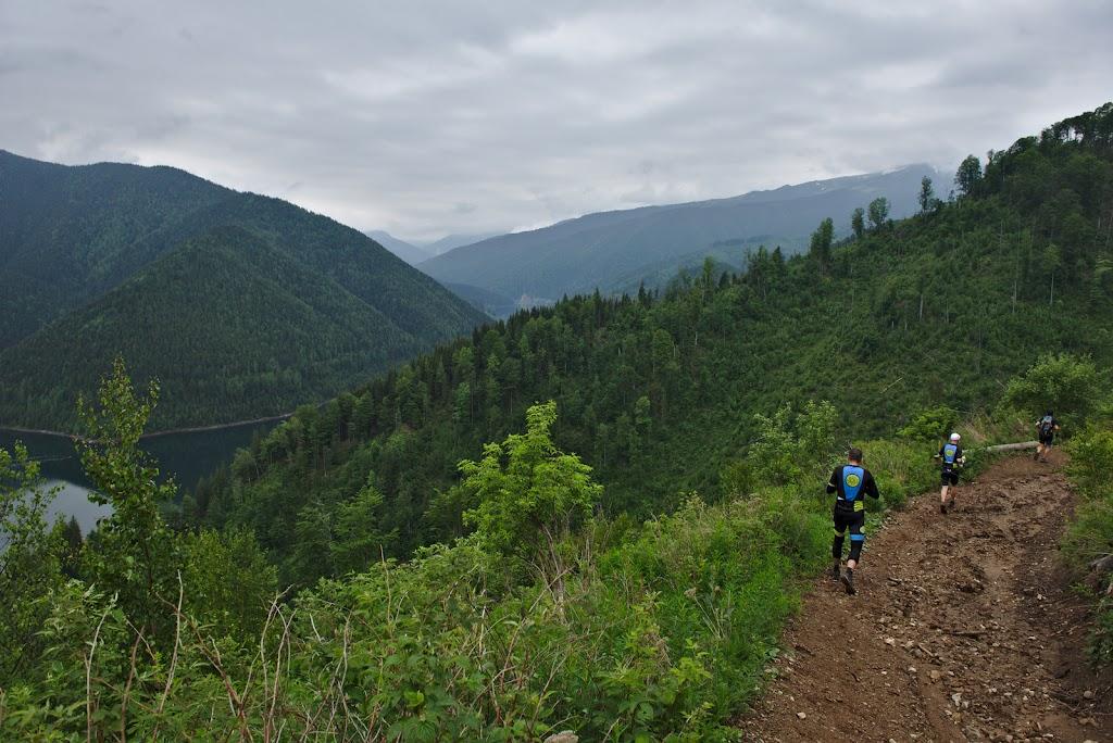 Alergand la vale spre lacul Pecineagu. Cu multe ore  de concurs echipele se grabesc in alergare usoara spre proba de caiac ce se desfasoara pe lacul dintre muntii Iezer si Fagaras.