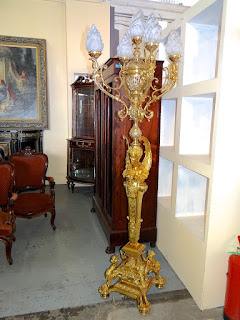 Красивый напольный светильник из бронзы. 19-й век. Высота 250 см.