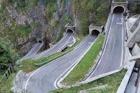 Die fünf übereinander liegenden Kehrentunnels am Passo san Boldo (706m). Einspurig und per Ampel geregelt.