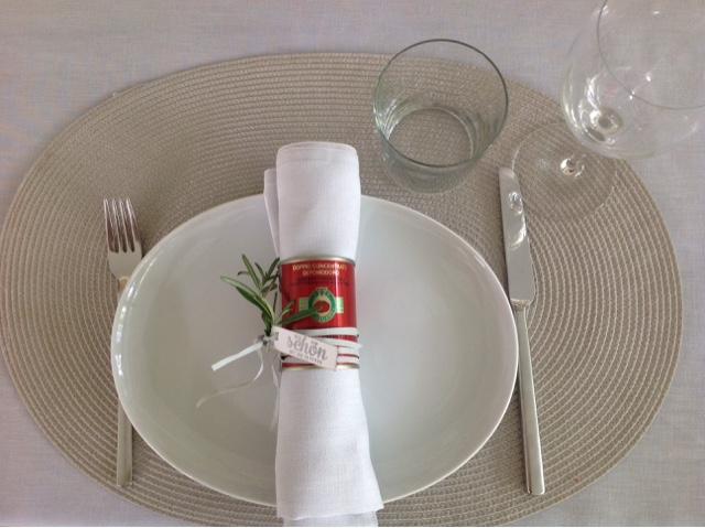 Tomatenmarkdose als Serviettenring