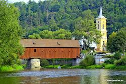 V obci Radošov se nachází unikátní krytý dřevěný most a kostel sv. Václava, který je jedním z nejstarších kostelů v kraji. První zmínka o kostelu pochází již z r. 1352, v 18. století byl barokně přestavěn. Začátek CHKO Střední Poohří.