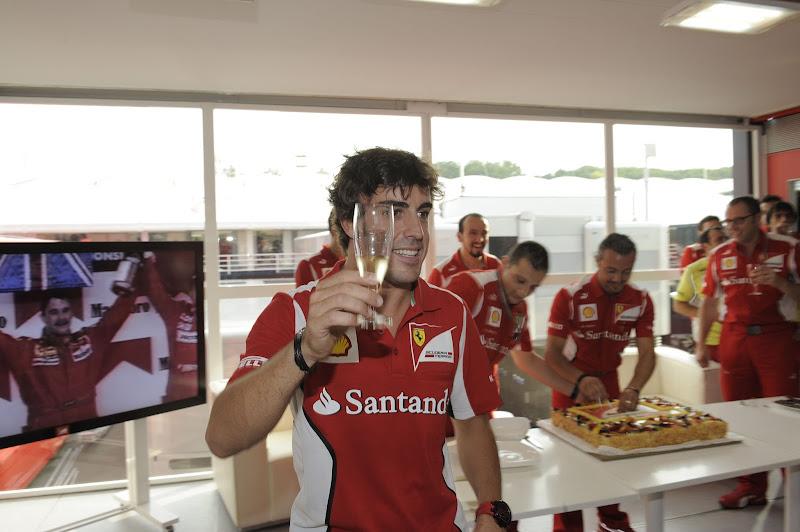 Фернандо Алонсо и бокал шампанского на Гран-при Венгрии 2012