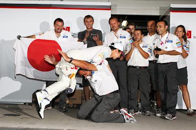 Камуи Кобаяши и механики Sauber празднуют подиум на Гран-при Японии 2012