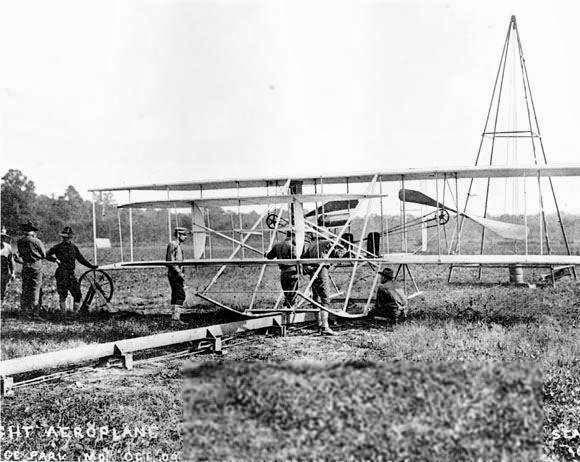 Wright Flyer 를 이륙시키기 위해 장착 중인 모습 (1909년)