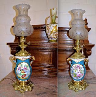 Две керосиновые лампы из фарфора. 19-й век. Высота 72 см. 3500 евро.