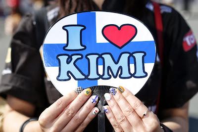 болельщица Кими Райкконена с разукрашенными ногтями на Гран-при Японии 2013