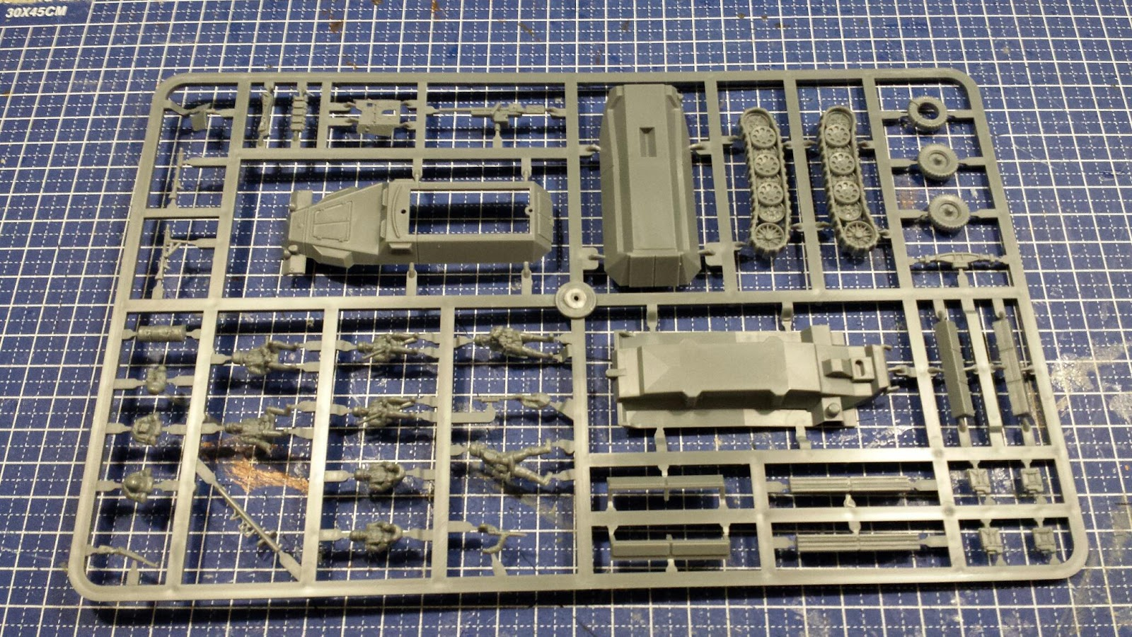 The box contains three Halftracks, each on their own sprue. Apart from ...