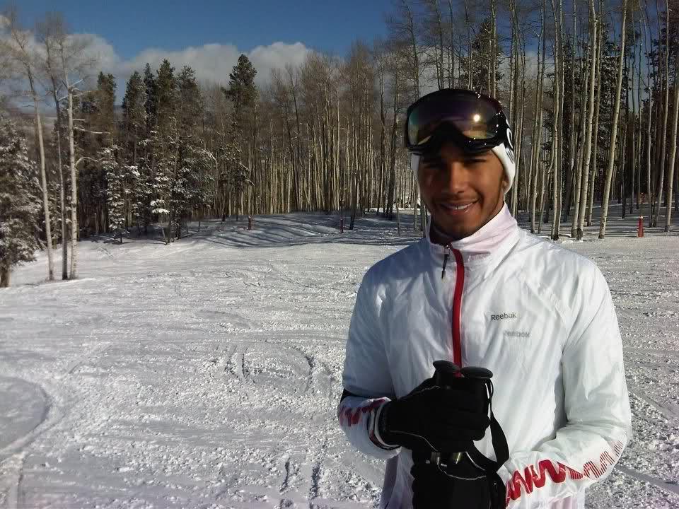 Льюис Хэмилтон на фоне леса на горнолыжном курорте 9 января 2012