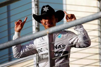 Льюис Хэмилтон в шляпе шерифа на подиуме Гран-при США 2014