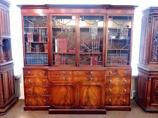 Красивый книжный шкаф из красного дерева. 19-й век. 9000 евро.