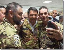 Matteo Renzi fa un selfie con i militari