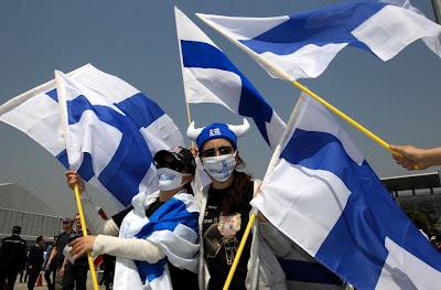 болельщицы Кими Райкконена в футболках и с финскими флагами на Гран-при Китая 2013