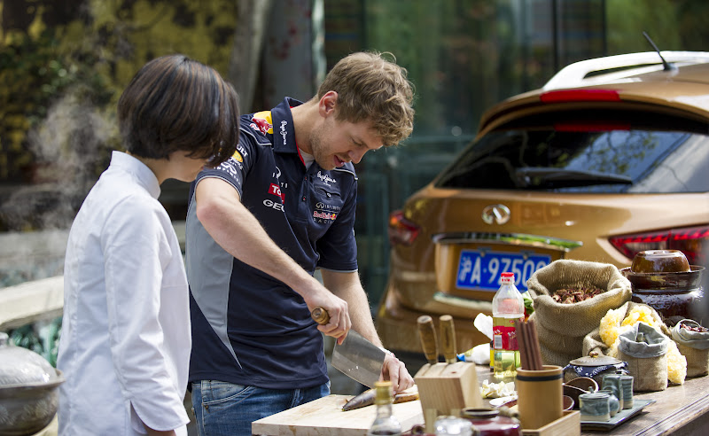 Себастьян Феттель готовит еду перед Гран-при Китая 2013