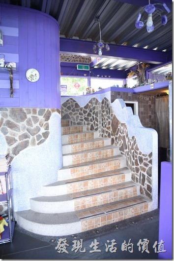 南投清境-瑪格麗特花園餐廳。連接上、下層的樓梯也蠻有特色的。
