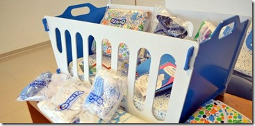 El kit está compuesto por una cuna, elementos de blanquería, indumentaria para la mamá y el bebé, un bolso con productos para la higiene y el cuidado de la salud de ambos, un manual de crianza y juguetes