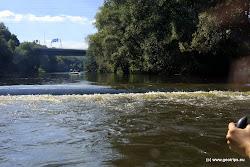 Za Pražským mostem, asi 100m před potrubím čeká zhruba 0,6m vyskoký stupeň a mírné peřeje.