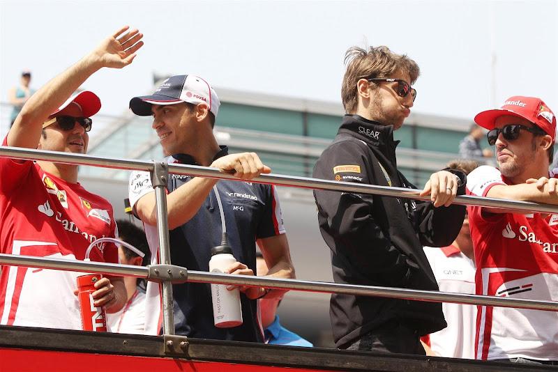 Фелипе Масса, Пастор Мальдонадо, Ромэн Грожан и Фернандо Алонсо на параде пилотов Гран-при Китая 2013