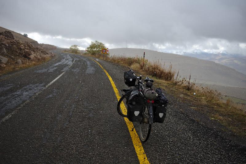 Primii fulgi de nea, urcand spre pasul de 2600 de metri.