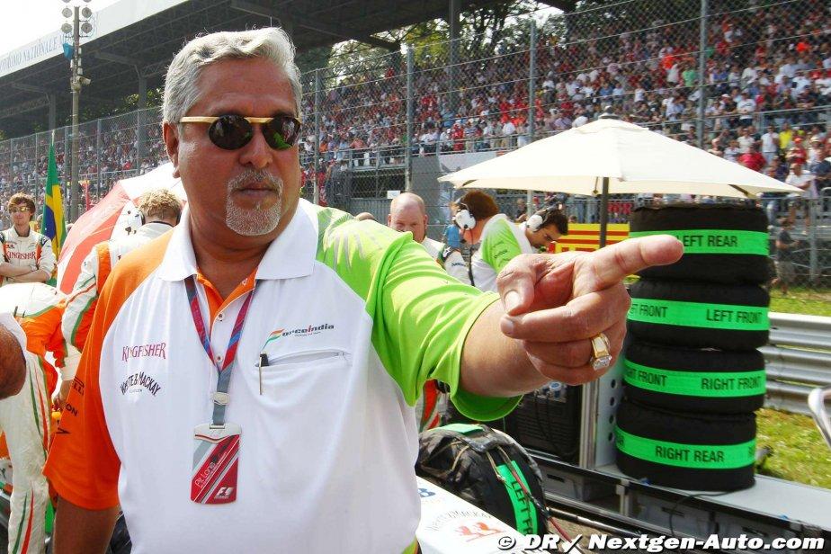 Виджей Малья показывает указательный палец на стартовой решетке Монцы на Гран-при Италии 2011