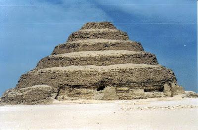 Pirámide escalonada de Zoser. Realizada con bloques de piedra caliza. III dinastía (hacia 2650 a.C.). Necrópolis de Saqqara, Egipto.