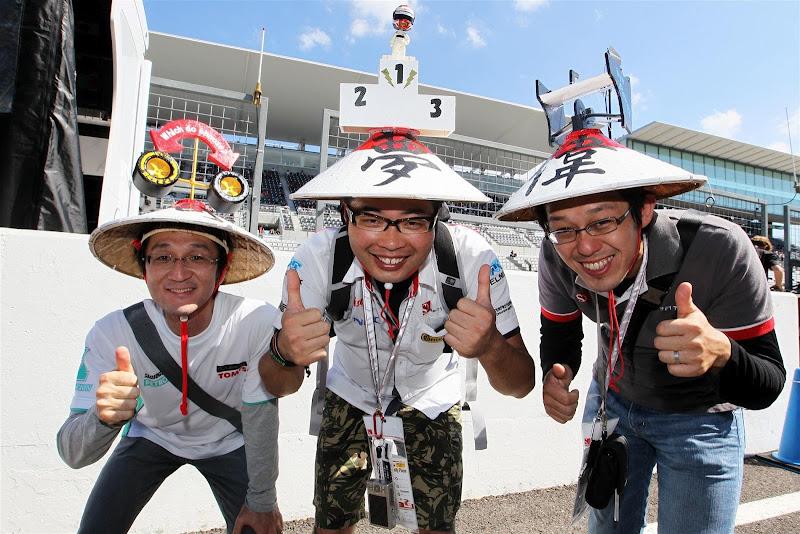 болельщики Sauber в оригинальных шляпах на Гран-при Японии 2012