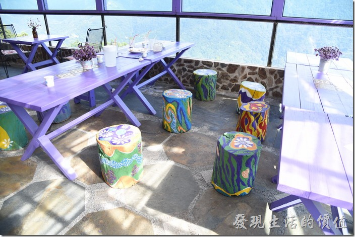 南投清境-瑪格麗特花園餐廳。好七彩的座椅。