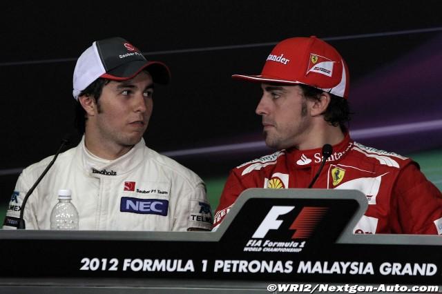 Фернандо Алонсо и Серхио Перес смотрят друг на друга на пресс-конференции в воскресенье на Гран-при Малайзии 2012