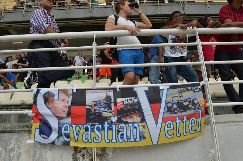 болельщики Себастьяна Феттеля с баннером на трибунах Куала-Лумпура на Гран-при Малайзии 2013