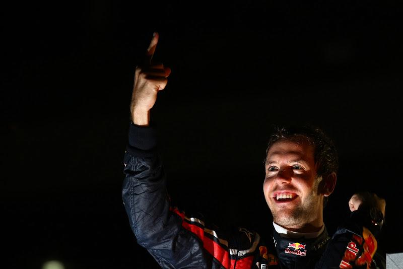Себастьян Феттель показывает палец на Гран-при Японии 2011