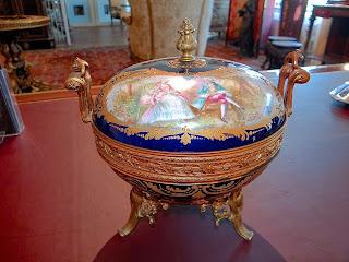 Антикварная ваза с росписью. Севр. 19-й век. 24/24 см. 2800 евро.
