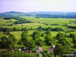 Značnou část východního Karlovarska vyplňuje pohoří Doupovských hor, rozkládající se mezi městy Karlovy Vary, Klášterec nad Ohří a Valeč,rozdělující prostor mezi Sokolovskou a Mosteckou pánví. Jedná se o třetihorní stratovulkán o průměru 30 km, zaujímající plochu zhruba 650 km2 a s kalderou v místech zaniklého města Doupov. Nejvyšší vrchol je Hradiště (934 m), nejnižší bod pohoří 90 m.n.m. je na Ohři u Kadaně.