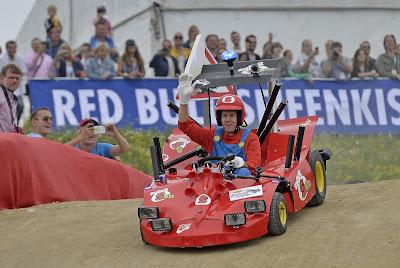 Себастьян Феттель за рулем Soapbox Super Seb в Хертене 14 июля 2013