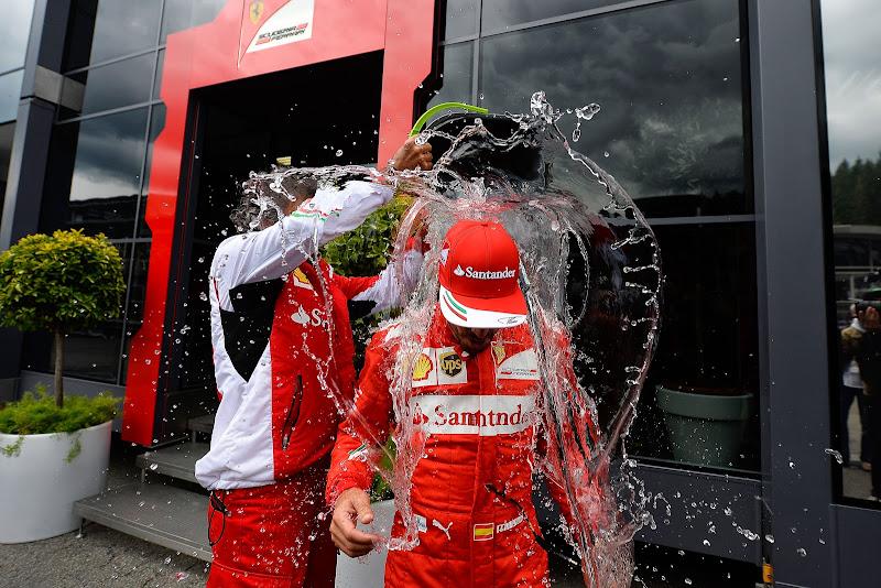 Фернандо Алонсо обливается ледяной водой - Ice Bucket Challenge на Гран-при Бельгии 2014