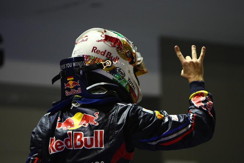 Себастьян Феттель и его новое движение пальцами на Гран-при Сингапура 2011