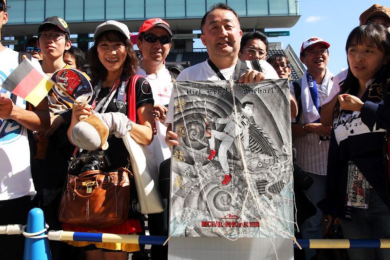 Михаэль на драконе - подарок от болельщиков Михаэля Шумахера на Гран-при Японии 2012